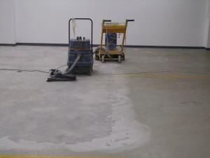 Укладываем покрытие на бетон и доски